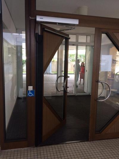 Дверь с электрическим доводчиком